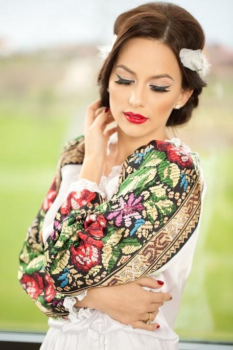 Child in Romanian blouse - IA
